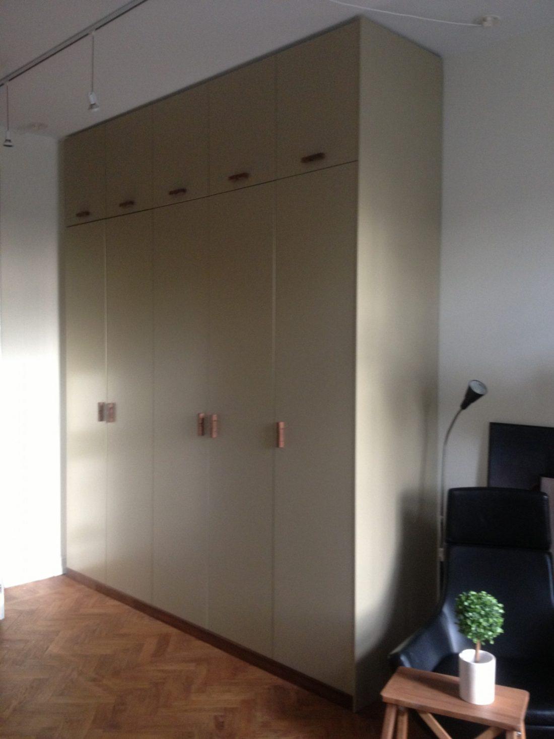 Platsbyggd garderob med handgjorda valnötshandtag