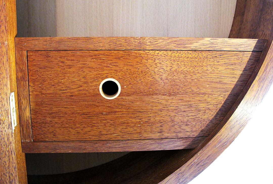 Detalj av låda, runda skåpet