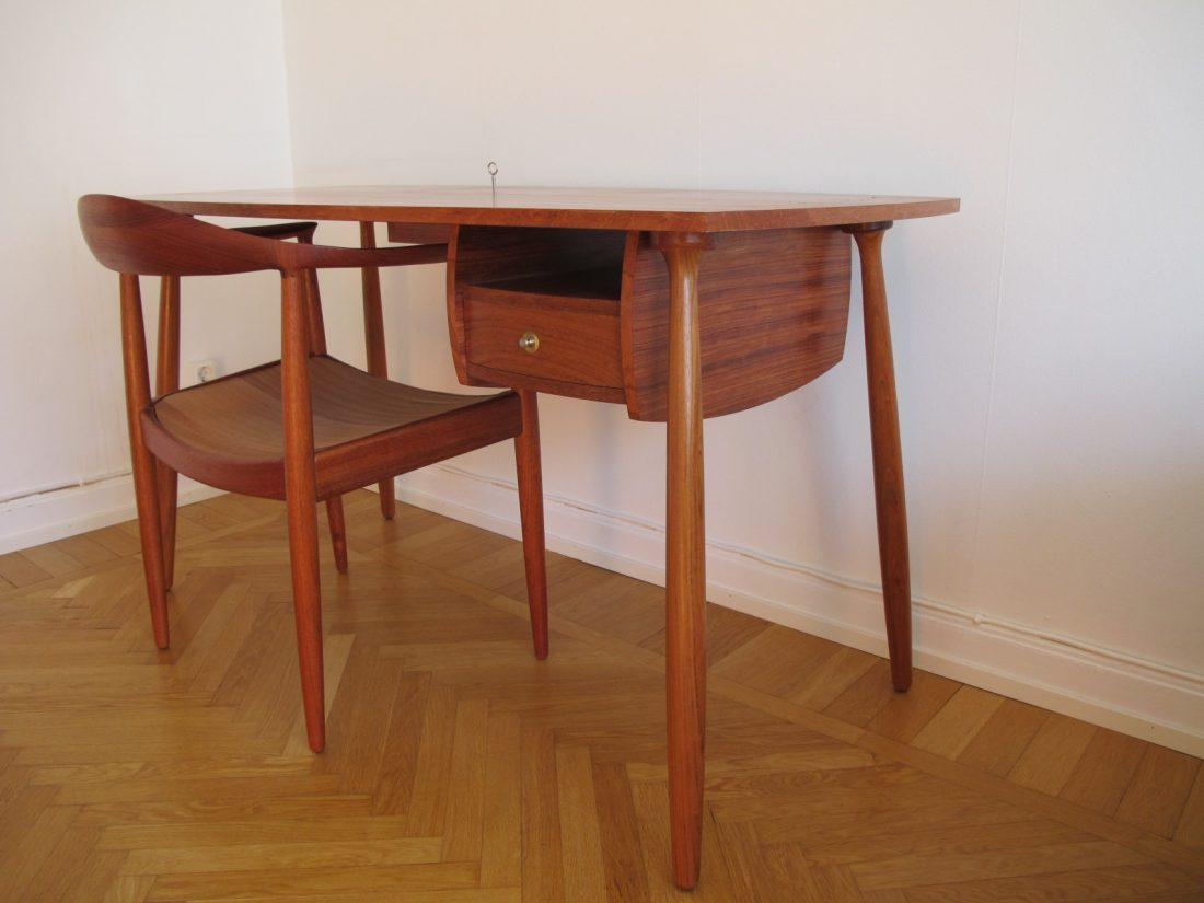 Skrivbord med tillhörande stol
